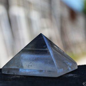 batu kristal pyramid