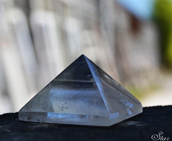 batu-kristal-pyramid