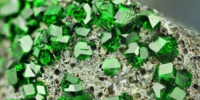 batu beracun torbernite